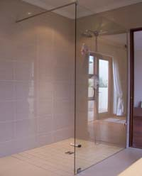 Frameless showers screen with stabiliser bar